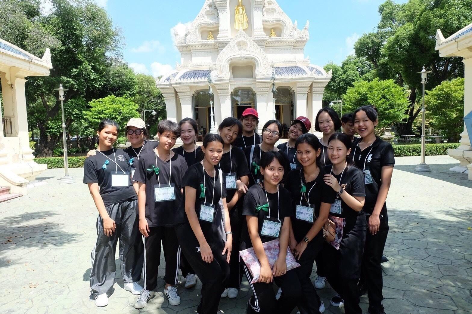 """รับน้องแนวสร้างสรรค์  รุ่นพี่ สิ่งแวดล้อมเมืองและอุตสาหกรรม มสด. นำน้องปี 1 เข้าวัด """"พัฒนาจิตใจ เน้นจิตอาสา รักษาวัฒนธรรมไทย"""""""